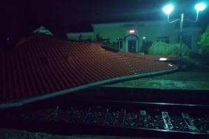 Ураган снес на пути крышу железнодорожной станции