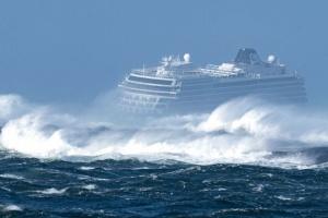 Лайнер Viking Sky отбуксировали в норвежский порт