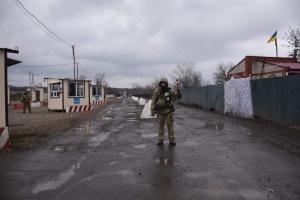 «Золотое» - репортаж с контрольно-пропускного пункта, запуск которого блокируют оккупанты