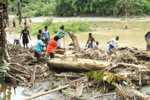 Число жертв наводнения на востоке Индонезии выросло до 112