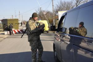 В пунктах пропуска на Донбассе застряли 225 авто