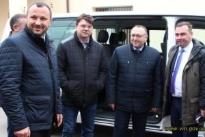 На Вінниччині міністр молоді та спорту передав спортшколі новий мікроавтобус