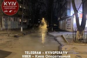 На столичной Борщаговке улицу залило кипятком