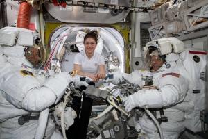 """NASA отменило первый в истории """"женский"""" выход в открытый космос"""