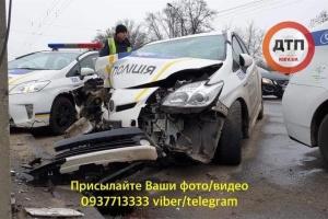 У Києві автомобіль патрульних врізався в стовп, двоє постраждалих