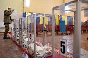 10月25日、ウクライナでは統一地方選挙と全国世論調査実施