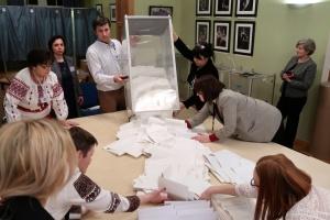 """ЦИК приняла протоколы с """"мокрыми"""" печатями от первых четырех округов"""