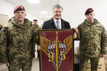 Poroshenko meets with paratroopers of 95th Air Assault Brigade