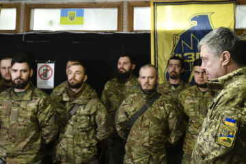 Poroshenko meets with Azov fighters on frontline