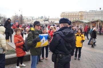 """W centrum Moskwy aktywista wyszedł na demonstrację z plakatem """"Krym to Ukraina"""""""