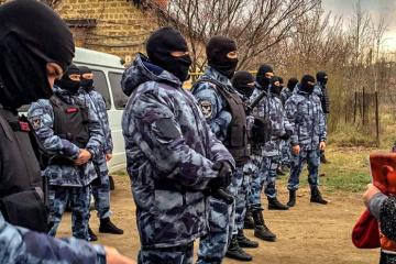 Оккупанты и далее терроризируют крымских татар: за год — более 60 обысков