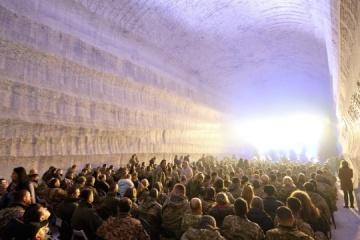 Dans le Donbass, des militaires ont assisté à un festival de jazz dans une mine de sel