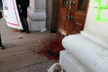 Les militants du mouvement «Qui a commandité le meurtre de Katya Handziuk» ont déversé du sang à Kherson (photos)