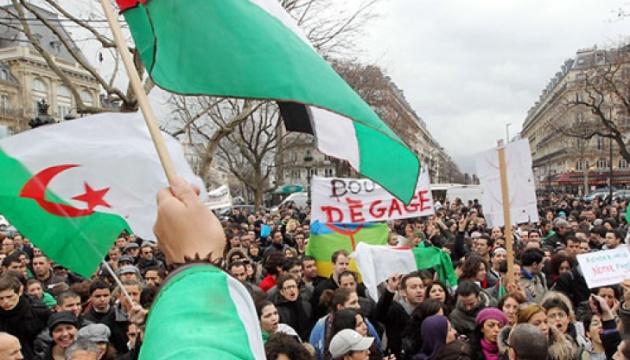 Люди вийшли на вулиці Алжиру святкувати відставку Бутефліки