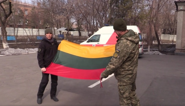 Волонтери з Литви передали реанімобіль та медліжка військовому шпиталю