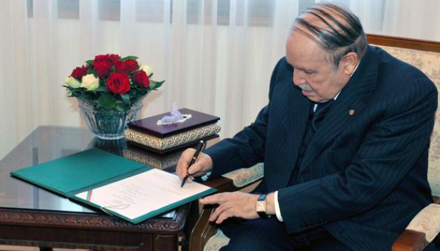 Президент Алжира заявил об отставке