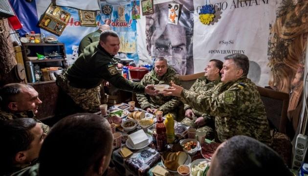 Poroszenko podziękował żołnierzom w Donbasie za przybliżanie zwycięstwa