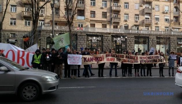 キーウ市行政府庁舎前で集会:フレシチャーティク通り一部が封鎖