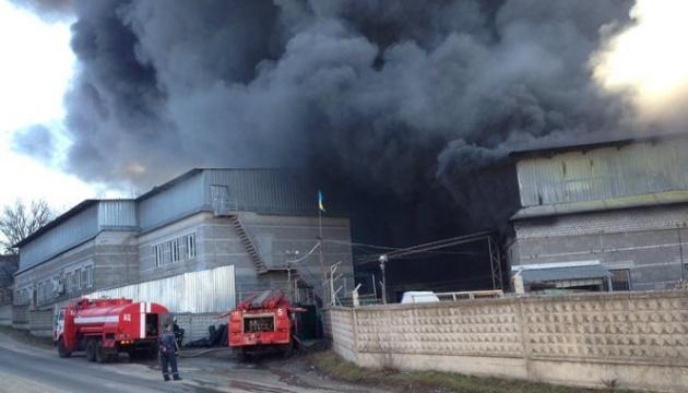 Großbrand in Kunststoffwerk nahe Dnipro - Fotos