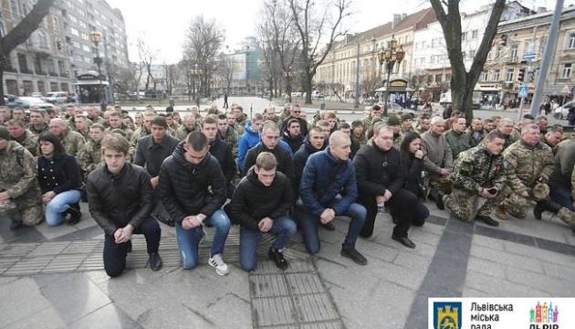 У Львові на колінах попрощалися із загиблим на Сході 19-річним військовим