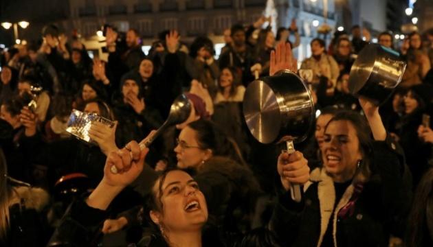 Жінки Іспанії зустріли 8 березня мітингом з каструлями і сковорідками