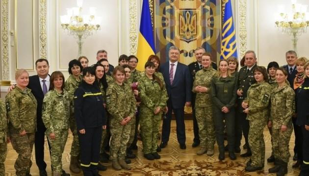 President presents awards to Ukrainian women soldiers