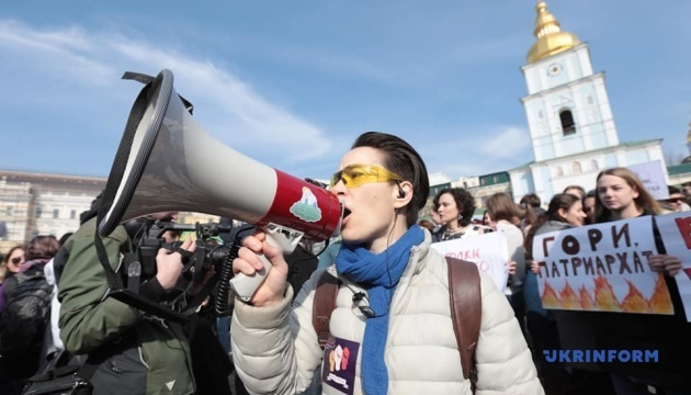 国際女性デー 東部ハルキウ市でも「女性連帯の行進」開催 反対者も