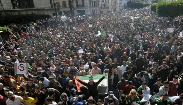 Протесты в Алжире: 11 полицейских получили ранения