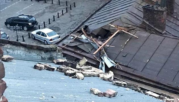 Зірваний вітром дах пошкодив будинки та авто у Львові