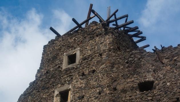 Буревій зірвав аварійний дах на вежі Невицького замку