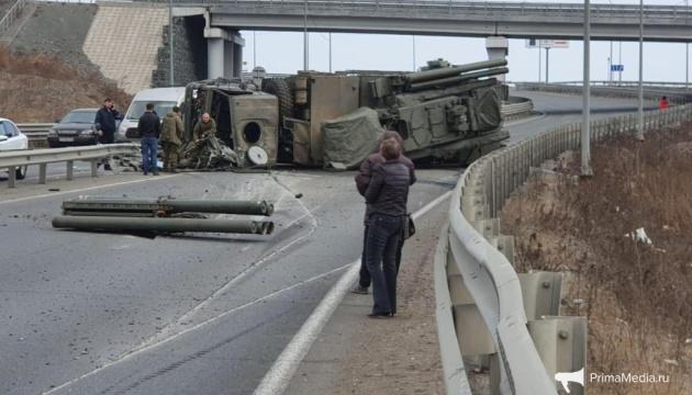 В России перевернулся грузовик, перевозивший ракетный комплекс