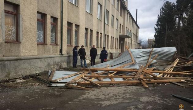 Буревій другу добу зриває дахи на Тернопільщині