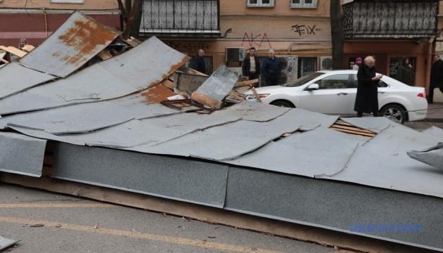 У центрі Києва вітер зірвав частину даху з будинку