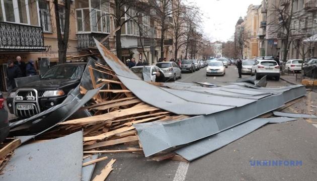 В Киеве сильный ветер: держитесь подальше от рекламных щитов и ЛЭП