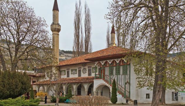 """Окупанти """"реставрували"""" Ханську мечеть 1533 року сучасною плиткою — Джапарова"""