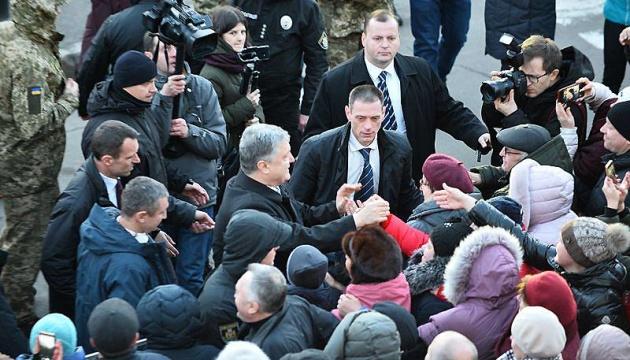 Автор фото з Житомира підтвердив: на знімках Порошенко іде до людей
