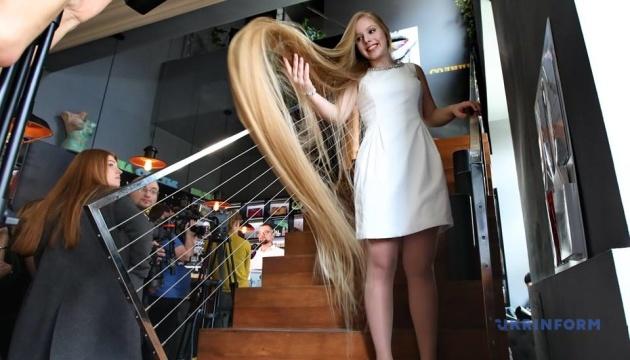 髪の長さ記録、2.3メートルのキーウ市民が更新