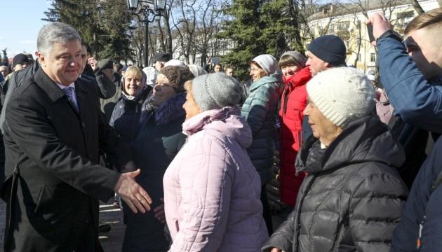Порошенко в Чернігові пройшов крізь натовп пікетувальників попри рекомендації охоронців