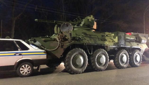 У Києві БТР протаранив машину військової інспекції
