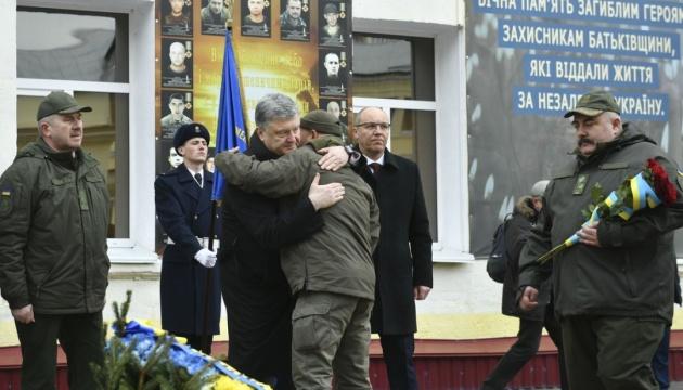 Порошенко: Добровольці першими пішли у бій і дали Україні найцінніше - час