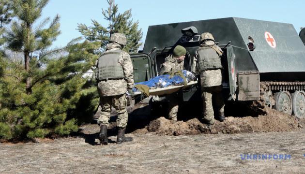 Военные показали, как боевые медики эвакуируют раненых с поля боя