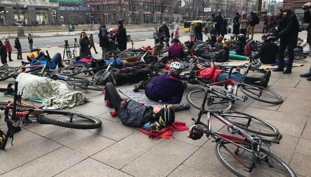 キーウの自転車愛好家が、市庁舎前で「横たわり抗議」