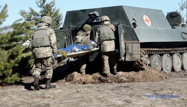 Militärärzte üben, Verwundete vom Schlachtfeld zu evakuierten