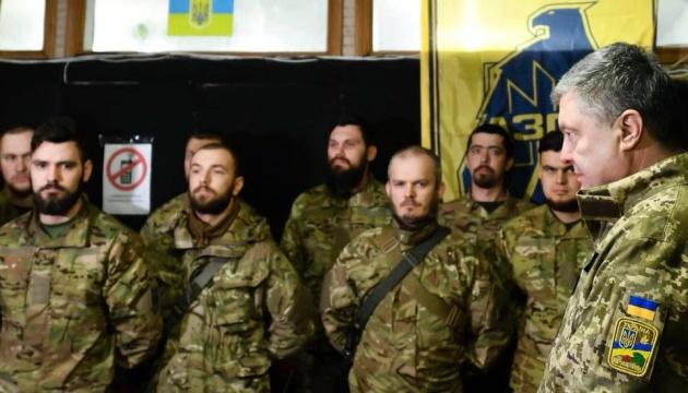 """Порошенко на фронті зустрівся з бійцями """"Азову"""""""