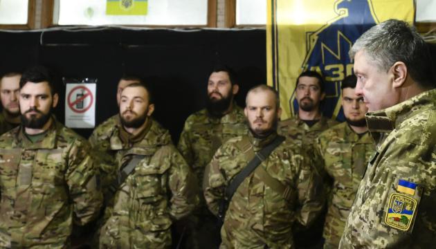 志願兵の日:ポロシェンコ大統領、前線で志願兵たちにあいさつ