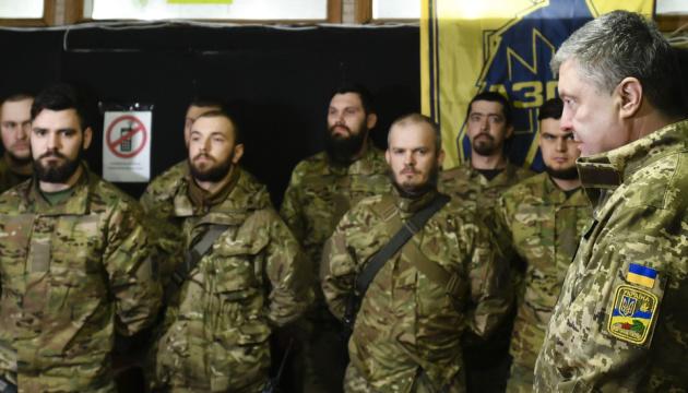 El presidente de Ucrania llega al frente para felicitar a los voluntarios (Fotos)