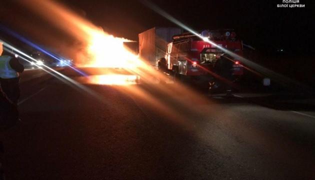 Трассу Киев-Одесса перекрыли - горит грузовик