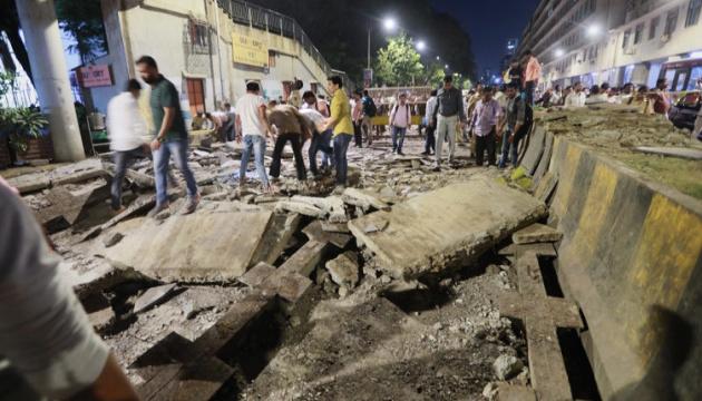 В Індії обвалився пішохідний міст: шість людей загинули