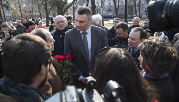 キーウ市内のロシア大使館前に「ネムツォフ記念広場」が登場 殺害された露野党政治家の名前から