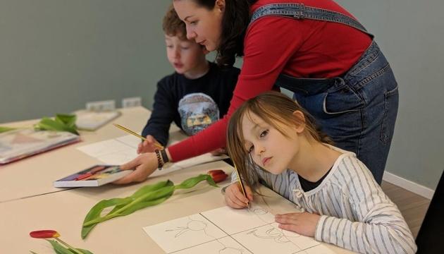 Українська художниця розпочала майстер-класи для учнів української школи в Амстердамі
